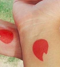 Pareja se tatuó el logo de la red social que los unió