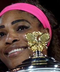 Serena Williams guarda el cañón y besa la Copa por sexta vez