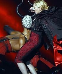 Armani responde a Madonna tras criticar la capa que le hizo caer en los Brit