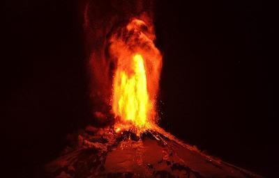 Evacúan a 3.385 personas tras erupción del volcán Villarrica en Chile