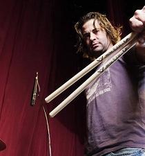 Exbaterista demanda a la banda Korn por no permitirle regresar