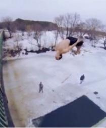 Jóvenes saltan desde un puente hacia un río congelado (VIDEO)
