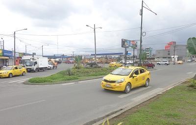 Tanqueros abastecen de agua a los moradores del ingreso a la vía El Búa