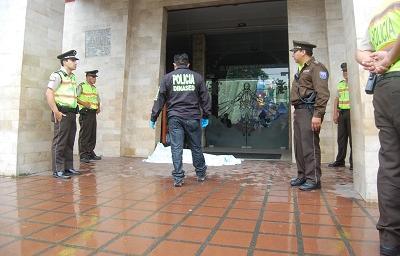 Asesinan a un hombre de tres puñaladas y en la puerta de una iglesia