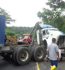 Tanquero se volcó en la vía Monterrey-La Concordia