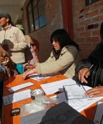 Un jurado electoral muere de un infarto durante los comicios en Bolivia