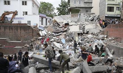 Más de un millar de muertos en el terremoto en Nepal