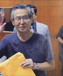 Trasladan al expresidente Fujimori a clínica por parestesia en sus piernas