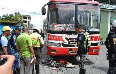 Choque entre un bus y una moto deja tres heridos