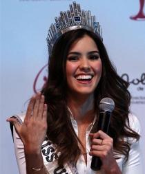 La Miss Universo subraya sus obras sociales en su primera visita a Colombia