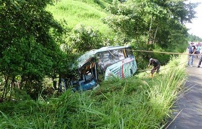 Vuelco de bus que cubría la ruta Machala-Esmeraldas dejó tres heridos