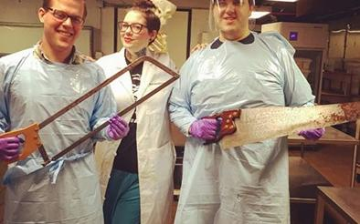 Una mujer publica fotos de las autopsias que realiza