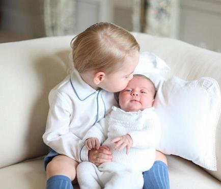 Publican las primeras imágenes de los príncipes George y Charlotte juntos