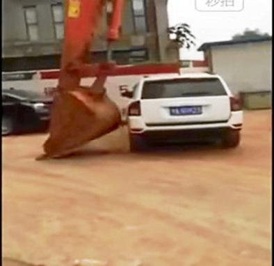 Autos mal estacionados son retirados por una excavadora