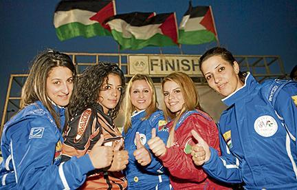 Cinco palestinas corren frente a una cámara y al mundo