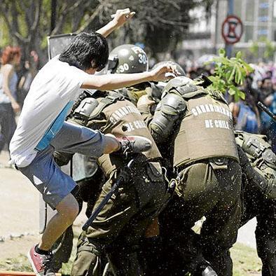 Policías heridos en marcha