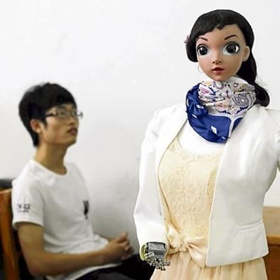 Profesora robot da su primera clase