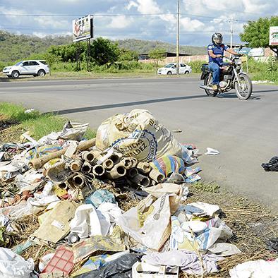 Se forma un basurero en la vía a  Las Orquídeas y tapa se hundió