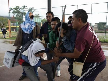 Padres de 43 desaparecidos en México empiezan a destruir urnas electorales