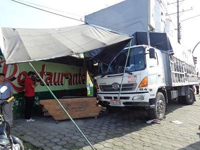 Familia se salva de morir luego de que un camión chocara contra su negocio