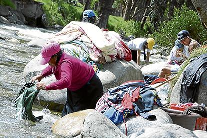 Los que lavan en el río