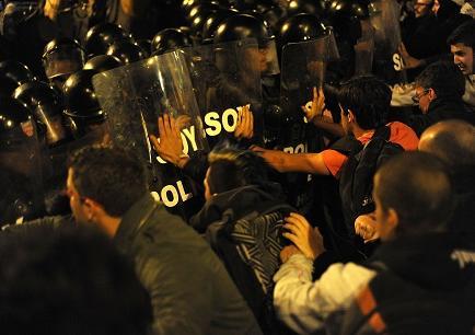 Policía desaloja a opositores en Quito