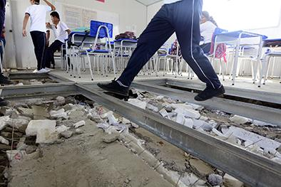 Se hunde el piso de las aulas móviles