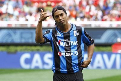 Ronaldinho todavía tiene un año de contrato en Querétaro, dice directivo