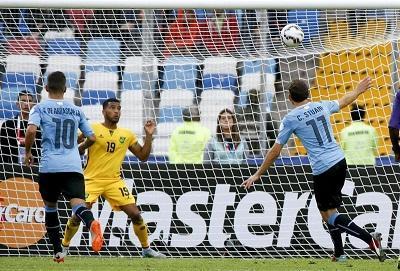 Rodríguez da la victoria a Uruguay y deshace maldición del debut