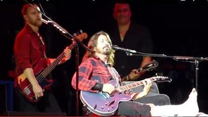 Dave Grohl, vocalista de Foo Fighters, se fractura la pierna durante concierto (VIDEO)