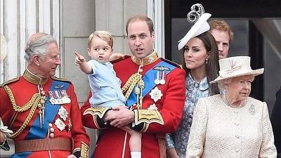 El príncipe Jorge acapara las miradas en el balcón del palacio de Buckingham