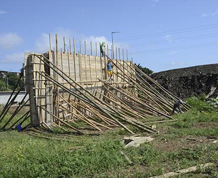 Fabrican las vigas y levantan los muros