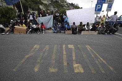 Migrantes protestan en frontera