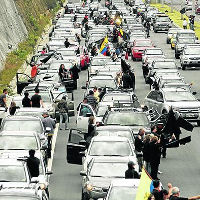 """""""Caravana de luto"""" para recibir a Correa"""