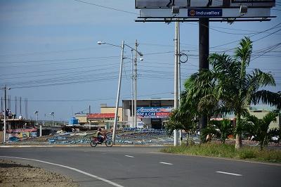 Vía de acceso al aeropuerto Eloy Alfaro sin alumbrado público