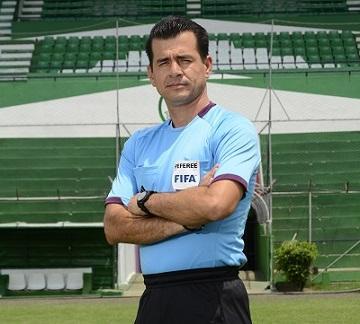 Carlos Vera pitará hoy su primer partido en la Copa América 2015