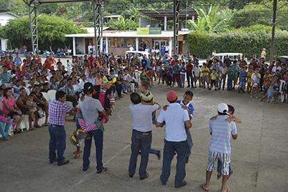 Agasajan a niños en Parroquia Quiroga
