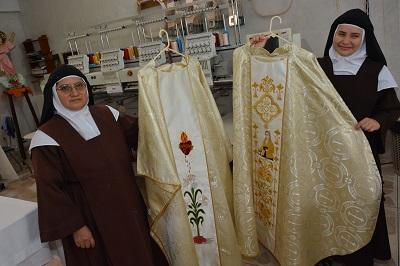 Monjas de Santo Domingo elaboran el vestuario del Papa Francisco en Ecuador