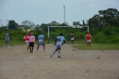 Fútbol y polvo en el barrio Amistad de Santo Domingo