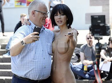 Una artista se desnuda y se  fotografía con los peatones