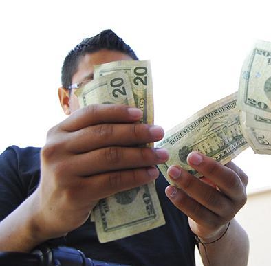 Le roban 1.000 dólares en redondel  de vía a Bahía
