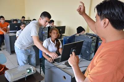 Personas con discapacidad auditiva se capacitan en computación