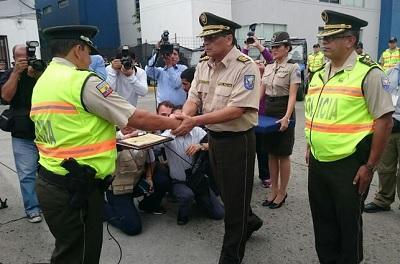 Policía recibió reconocimiento por entregar a sus superiores 60 mil dólares que encontró