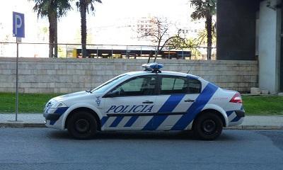 Publica la foto de un carro policial mal estacionado y es procesada