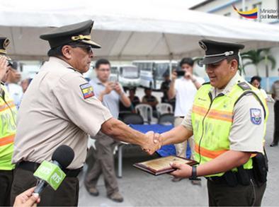 Policía recibe mención por devolver dinero