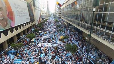 Miles de personas participan en marcha contra políticas del Gobierno