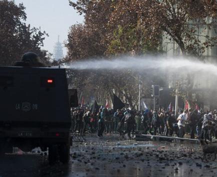 Estudiantes protagonizan nuevas marchas contra una reforma educativa