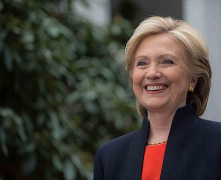 Hillary Clinton trabaja con hispanos en su  campaña electoral