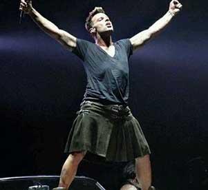 La falda negra de Ricky  Martin en concierto le trae elogios y críticas