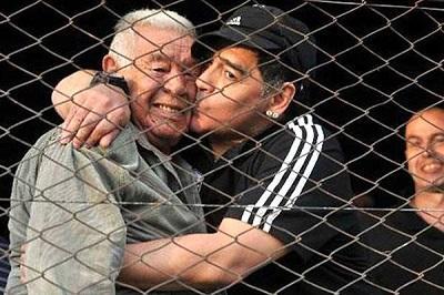 Despiden los restos mortales del padre de Maradona